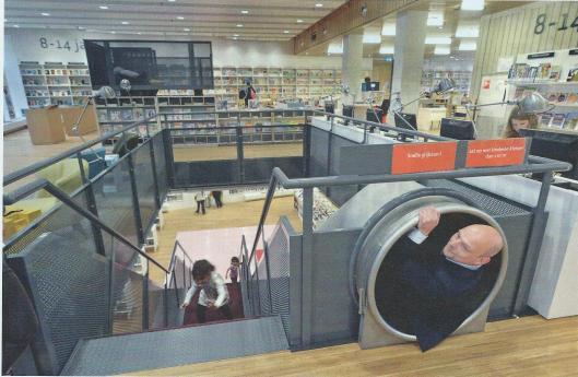 SP-wethouder Gerrie Elfrink laat zich gaan in de kinderafdeling van de nieuwe bibliotheek in Rozet, een nieuw cultuurhuis dat een doorslaand succes is. (Uit: Elsevier, 14 juni 2014)