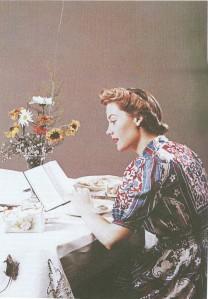 Lezen aan tafel. Foto uit omstreeks 1950