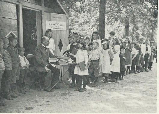 In de zomer van 1917 opende de Nuts-leeszaal in Amsterdam een parkbibliotheekje voor jongen en meisjes in het Vondelpark.