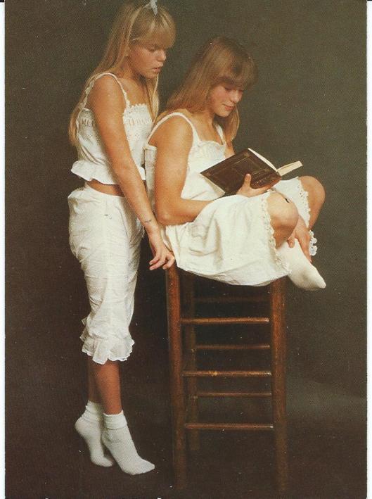 Lezende zusjes (foto Kim Cambia)