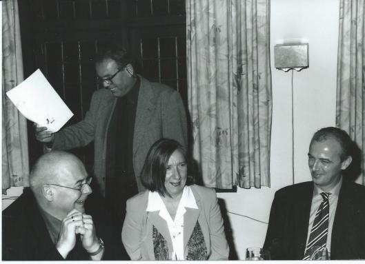 André Olgers tijdens een diner in 1999 van Het Beschreven Blad. Links van hem Yvonne Krol-Ramakers. Voorzitter Wim Vogel houdt een toespraak.
