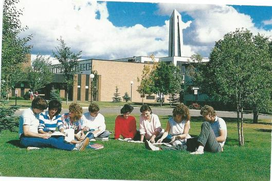 Op de campus van het 'Canadian Bible College/Canadian Theological Seminary in Regina, Saskatchewan omstreeks 1955