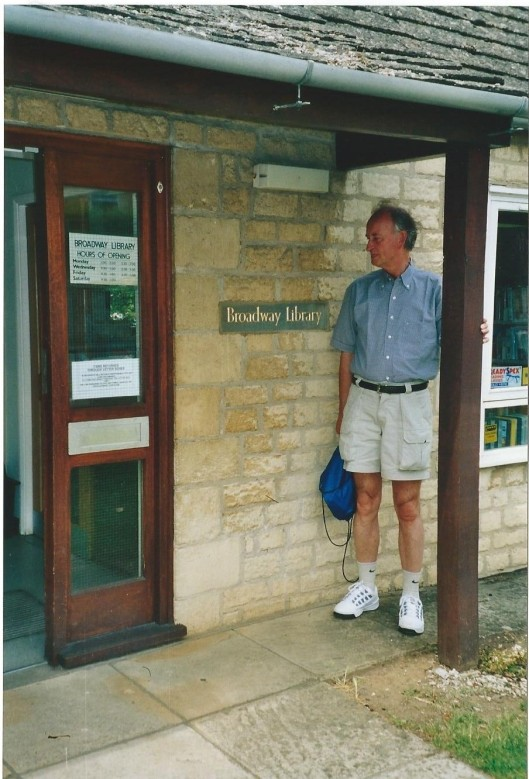 Hans Krol bij de entree van een van de kleinste openbare bibliotheken in Engeland, in Broadway 'Gateway to the Cotwolds'.