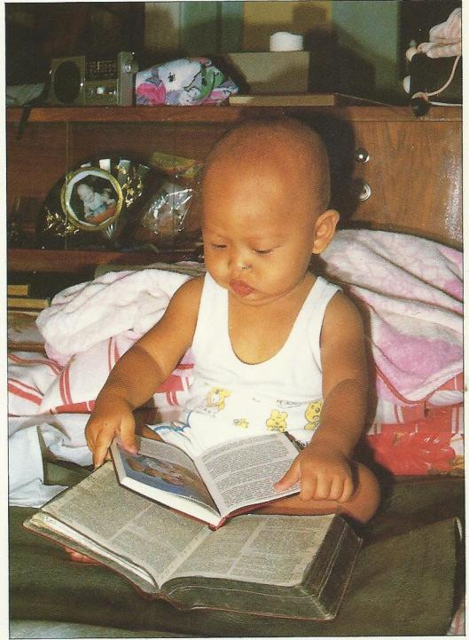 'Leren lezen' van een baby in Indonesië