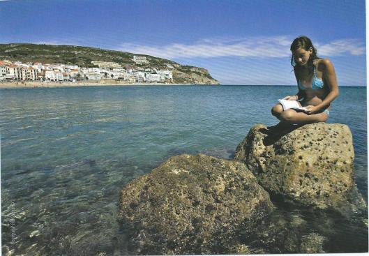 Lezen op een rots in Portugal