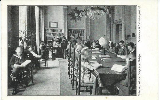 Ansichtkaart van de Nuts-leeszaal in Amsterdam ten tijde van Annie M.G.Schmidt