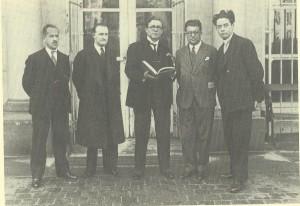 Eugeen de Bock behoorde als uitgever van de Sikkel tot de pioniers en oprichters van de Vereniging ter Bevordering van het Vlaamse Boekwezen. Op bovenstaande foto zien we van links naar Rechts: Eugeen de Bock, K.Goossens, Leo J.Kryn, P.Landsvreugt en Maurits de Meyer.