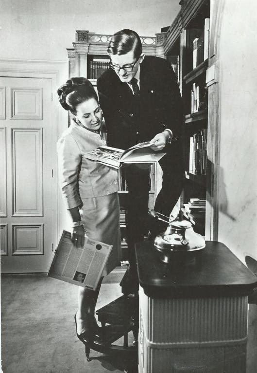 Prinses Margriet en haar echtgenoot Pieter van Vollenhoven in hun privéboekerij