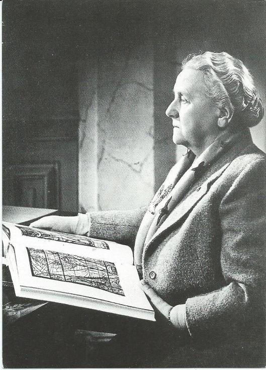 Koningin Wilhelmina met een platenboek