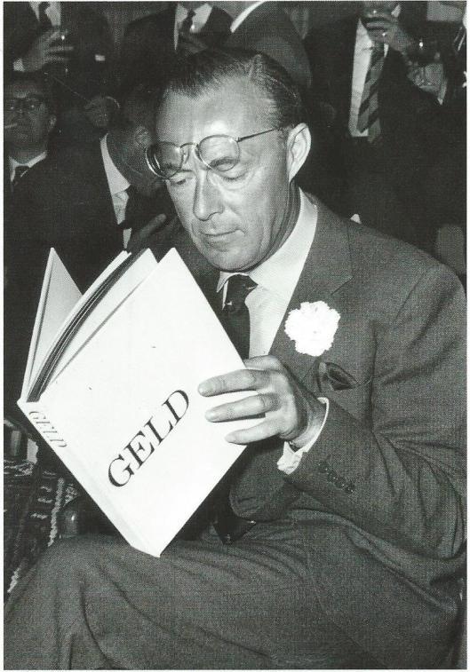 Prins Bernhard met zijn favoriete boek (Spaarnestad fotoarchief)