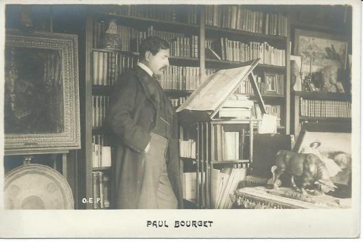 Franse schrijver Paul Bourget (1852-1935) aan zijn lessenaar