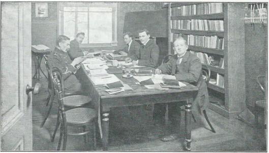 Lees- en studiezaal van de kwekelingen-evangelisten broeders op Meer en Bosch te Heemstede in 1917