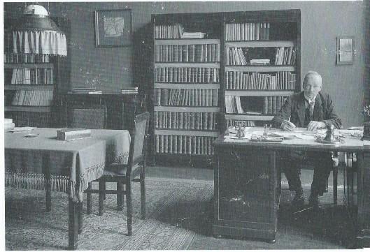 De eerste directeur van de openbare leeszaal en bibliotheek Amsterdam van 1919 tot 1928 dr.T.P.Sevensma achter zijn bureau aan de Keizersgracht.In 1928 aanvaardde hij een baan als bibliothecaris van de Volkenbond in Genève.