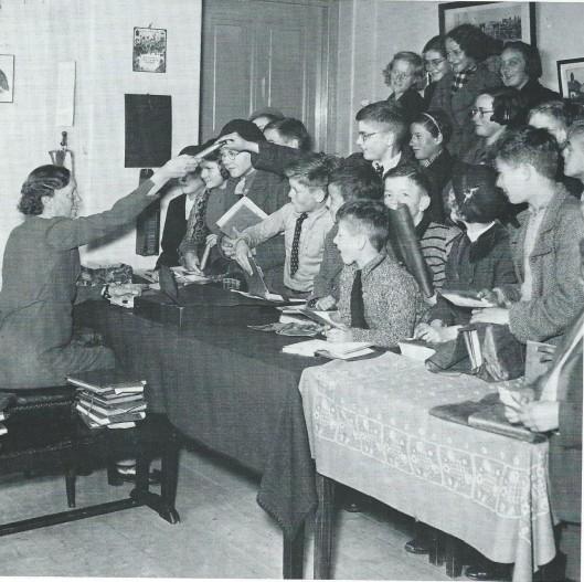 Bij het 25-jarig bestaan van de kinderleeszaal in Den Haag in 1938 werd deze foto gemaakt