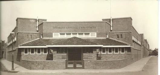 In Hengelo een van de eerste naar Engels voorbeeld in ons land gebouwde panden bestemd als openbare bibliotheek. (foto 1930)