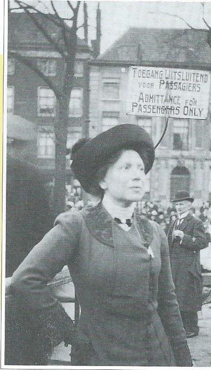 Mej. Nel Snouck Hurgronje (1875-1959) werd na een stage in de Bücher- uns Lesehalle in Düsseldorf de eersdte betaalde bibliothecaresse van een openbare bibliotheek in Nederland. Zij bleef directrice in Dordrecht tot haar pensioen in 1940