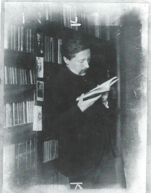 Willem Kloos lezend in zijn bibliotheek (1908)