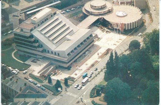 Stadhuis (links) en openbare bibliotheek (rechts) in Cholet