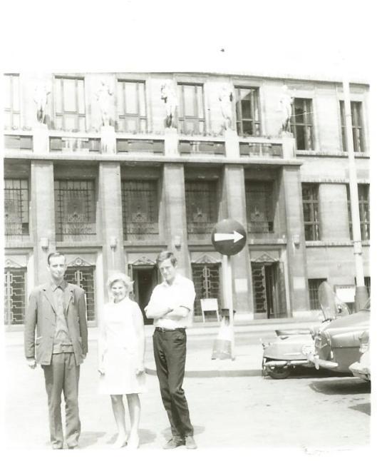 Hans Krol en Victor Nachbahr met de adjunct-directrice voor de stadsbibliotheek van Praag in 1969