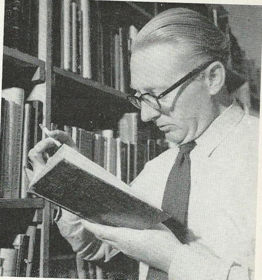 Toen Theun de Vries door 'Singel 262' (Querido/ABC) in 1954 werd gevraagd een beknopte autobiografie te schrijven beperkte hij zich voornamelijk tot zijn ontdekking van het marxisme. '(...) Ik was privésecretaris, kantoorbediende, werkte in een grote uitgeverij en een kleine boekhandel (waar ik hoofdzakelijk zeep en ansichten verkocht), was korte tijd reporter (mijn werk beperkte zich tot verslagen van dorpse gemeenteraadszittingen) en werd daarna opgeleid voor bibliotheekbeambte. Aan die laatste baan ben ik trouw gebleven tot mijn dertigste jaar, toen ik naar Amsterdam ben verhuisd, om er de journalistiek en literatuur te beoefenen. (...)'