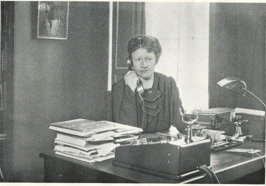 'Dame' Annie C.Gebhard, geboren in 1883, werd in 1909 bibliothecaresse van de Amsterdamse Nutsbibliotheek en in 1912 nam zij het initiatief tot oprichting van de eerste openbare bibliotheek voor kinderen, waar later o.a. Annie M.G.Schmidt werkte. Mej. Gebhard was van van 1928 tot 1948 directeur van de openbare leeszaal en bibliotheek Amsterdam. In 1968 bezocht ik haar thuis en ontving toen o.a. een albumpje met knipsels en foto's van boeken en bibliotheken. Deze foto dateert uit 1948. Eén jaar later verscheen het boek 'Uit de leeszaalwereld; opstellen aangeboden aan mejuffrouw Annie C.Gebhard ter gelegenheid van haar aftreden als directrice van de openbare leeszaal en bibliotheek te Amsterdam. Met bijdragen van E.de Clercq, G.A.van Riemsdijk, E.M.Damen, H.J.Kluit, P.E.Berkhout, A.van der Feen, J.R.le Cosquino de Bussy en J.van Breemen.