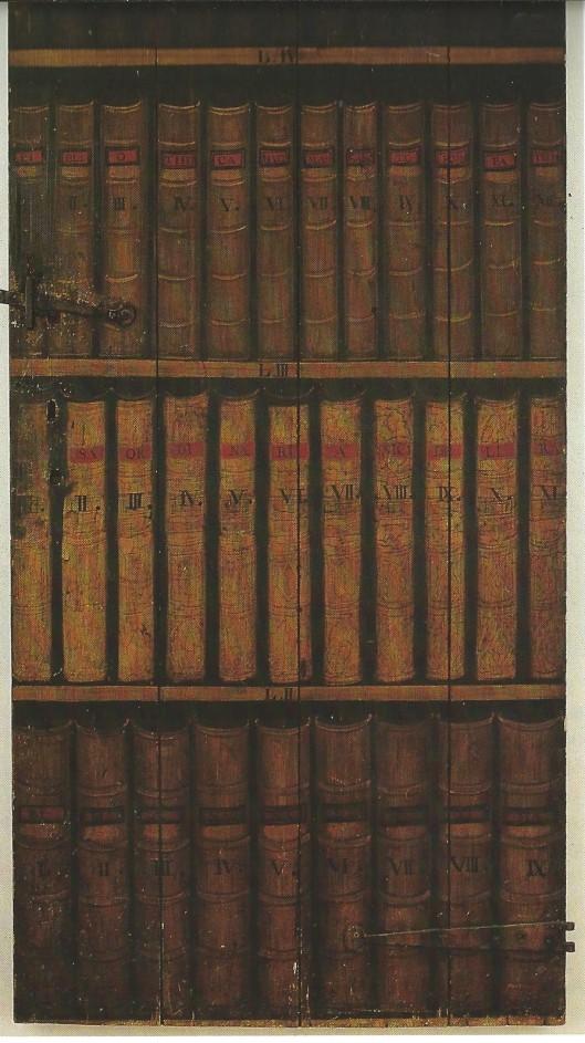 Toegangsdeur tot de bibliotheek van het Oud-Katholiek Seminarie, Muurhuizen, Amersfoort. Geheel in stijl zijn op de deur planken met boeken geschilderd, zodat de deur een boekenkast lijkt. Aangeduid met de term trompe-l'oeuil (gezichtsbedrog)