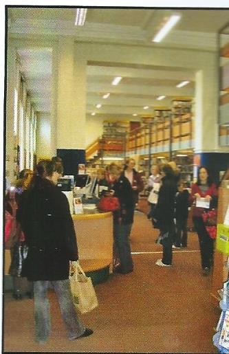 Foto van de bibliotheek in de jaren 60. Na 1967 en 1971 kreeg de openbare bibliotheek van Canterbury meer ruimte.