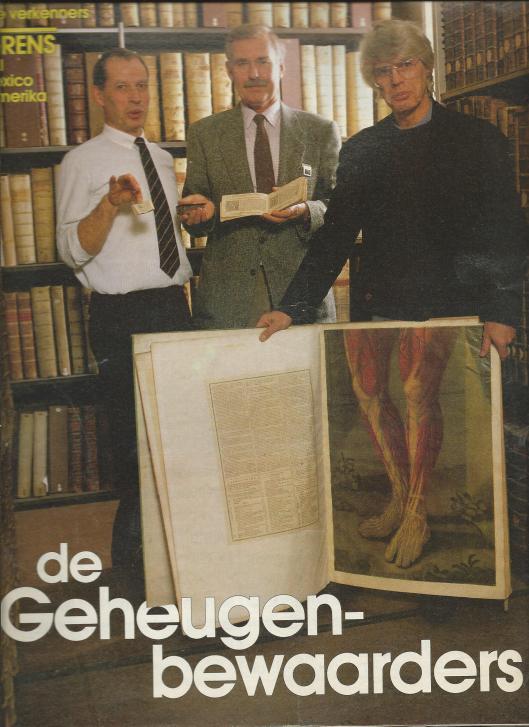 Vooromslag van 'De Geheugenbewaarders' (Vrij Nederland, 17 december 1968). Universiteitsbibliotheek Amsterdam. Midden conservatot dr. Ton Croiset van Uchelen en rechts conservator dr.Kees Gnirrep