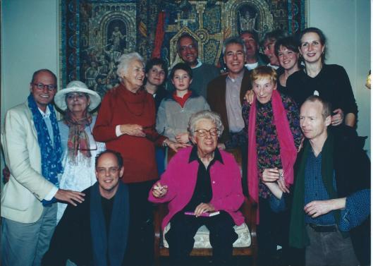 Annie M.G.Schmidt met familie in Stadsschouwburg Amsterdam, 21-12-2000 (Nancy de Winter)