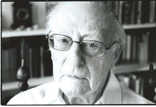 Foto van Theun de Vries in zijnhuisbibliotheek