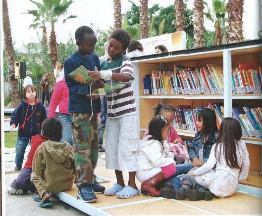De Tuin Bibliotheek van Tel Aviv orgniseert naschoolse kinderactiviteiten en evenementen. De bibliotheek wordt beschouwd als een oase van rust in het drukke stadsleven.