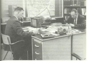 Rechts G.W.Gijsbers (1916-1999) tegennover zijn compagnon Johan van Loon (1819-1999) in het kantoor van hun antiquariaat te Aenhem (Uit: J.P.Buynsters)