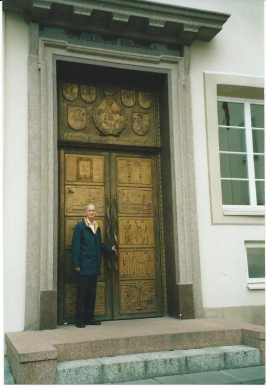 Hans Krol voor de entree van de universiteitsbibliotheek Vilnius in 2005