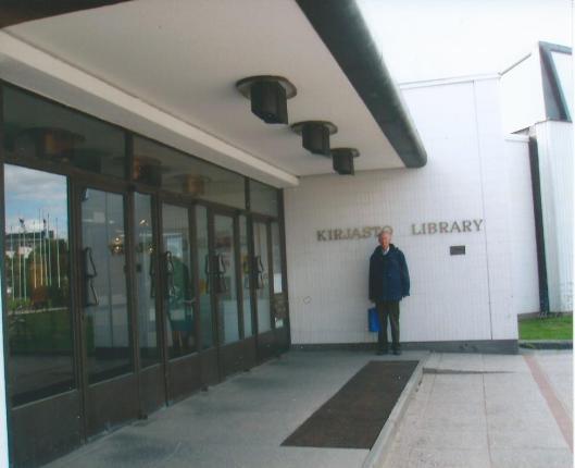 Hans Krol voor de openbare bibliotheek ['kirjasto'] in Rovaniema, Finland