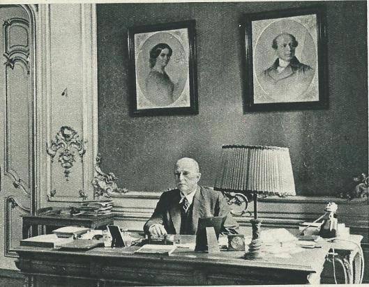 Dr.P.C.Molhuysen als directeur van de Koninklijke Bibliotheek aan zijn bureau. (Panorama, 10 october 1935)