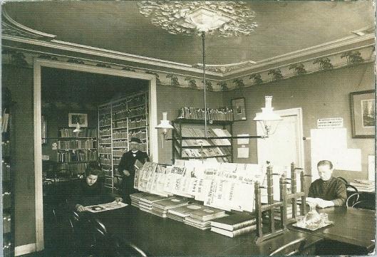Lees- en courantenzaal met daarachter de boekerij van de in 1908 opgerichte openbare bibliotheek Alkmaar