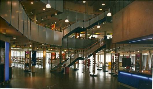 Interieur openbare bibliotheek in de wijk Floriande, Hoofddorp, ontworpen door Aad Vos/Aequo Architecten