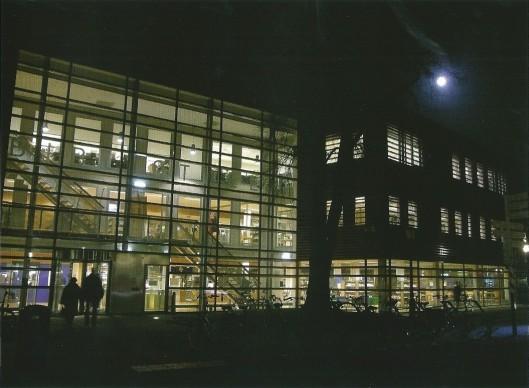 De nieuwe openbare bibliotheek van Alkmaar in avondgloed
