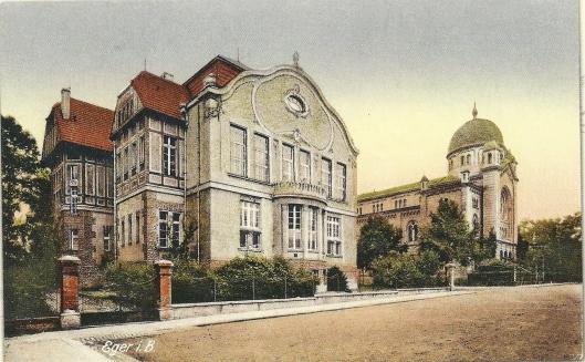 Bibliotheek in Eger, Hongarije. Rechts daarvan de synagoge
