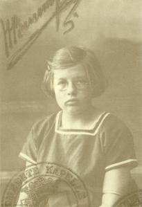 Annie Schmidt, circa 1923. Promotiekaart Nijgh & Van Ditmar/ Chris van Houts, 2002