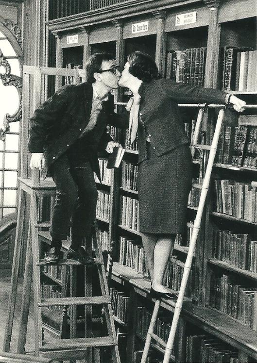 Romy Schneider en Woody Allen kussend in een Parijse bibliotheek [Uit: What's New Pussycat', 1965]