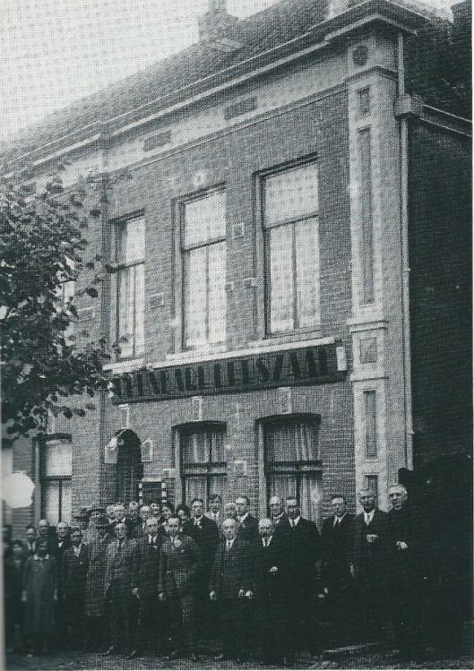 Opening van het eerste gebouw van Christelijke Openbare Leeszaal en Bibliotheek aan de Markt in Veenendaal op 1 oktober 1927