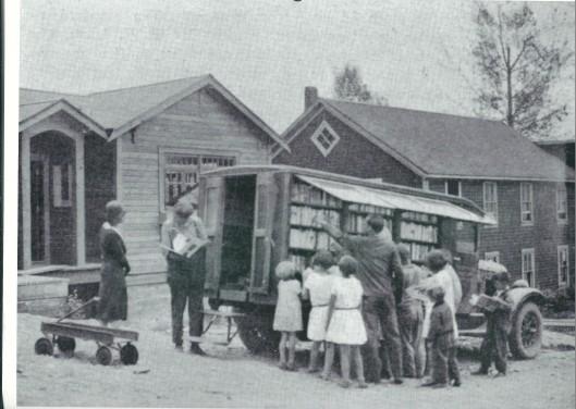 De eerste 'bibliobus' in Chilliwack, Brits Colombia, Canada, in gebruik bij de Carnegie Fraser Valley Regional Library van 1930 tot 1934