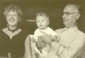 Foto max Koot van Annie M/G.Schmidt met echtgenoot Dick van Duijn en zoon Flip (Promotiekaart Nigh & Vann Ditmar/Chris van Houts, 2002)