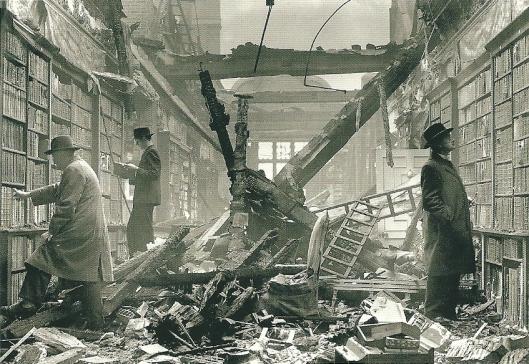 De als gevolg van Duitse bombardementen grotendeels verwoeste Holland House Library in Londen