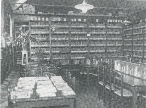 Interieur van openbare bibliotheek Drachten (Smallingerland) omstreeks 1930
