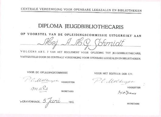 Diploma jeugdbibliothecaris uitgereikt aan mej. A.M.G.Schmidt, 5 juni 1942 en ondertekend door dr. P.C.Molhuysen (was directeur van de Koninklijke Bibliotheek) en dr.H.E.Greve (directeur van de openbare bibliotheek 's-Gravenhage)