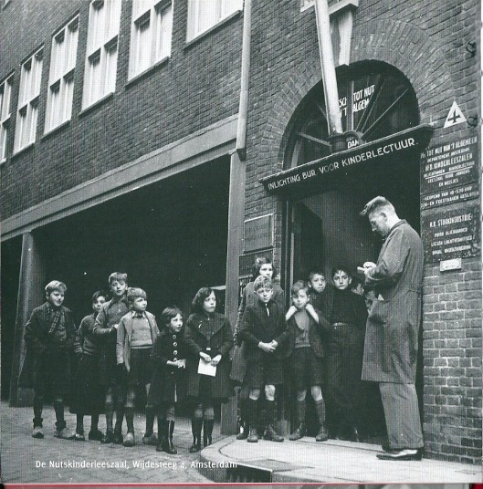 Vooraanzicht van de Nutskinderleeszaal aan de Wijdesteeg in Amsterdam