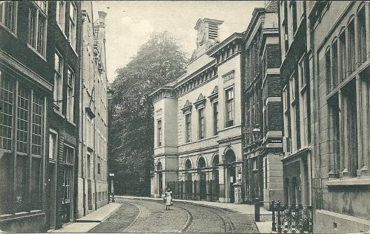 De eerste openbare leeszaal mèt uitleen had in 1899 plaats. Op deze ansichtkaart de bibliotheek (gebouw met witte gevel) in de Wijnstraat. Directrice was bibliotheekpionier Nel Snouck Hurgronje