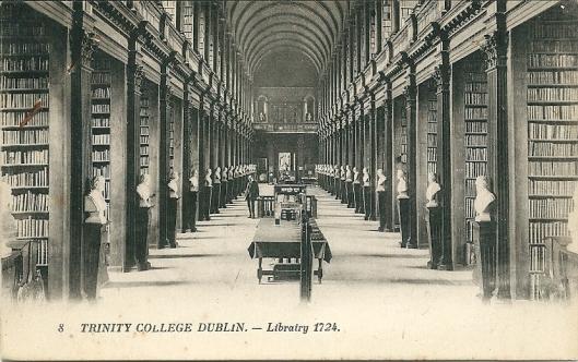 Ansichtkaart van Trinity College Library uit circa 1920